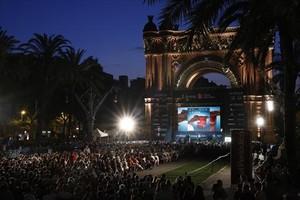 Numeroso público siguiendola represenación de La bohème en Arc de Triomf en el 2016, títulorepresentado en la segunda edición de Liceu a la fresca.