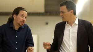 El líder del PSOE, Pedro Sánchez, y el de Podemos, Pablo Iglesias, en una de las reuniones que mantuvieron en el Congreso tras el 20-D