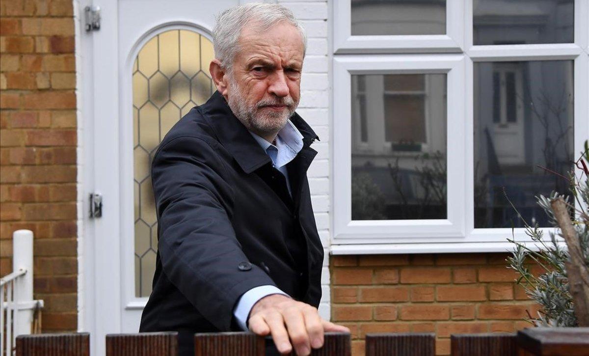 El lider de los laboristas, Jeremy Corbyn, saliendo de su domicilio en Londres.