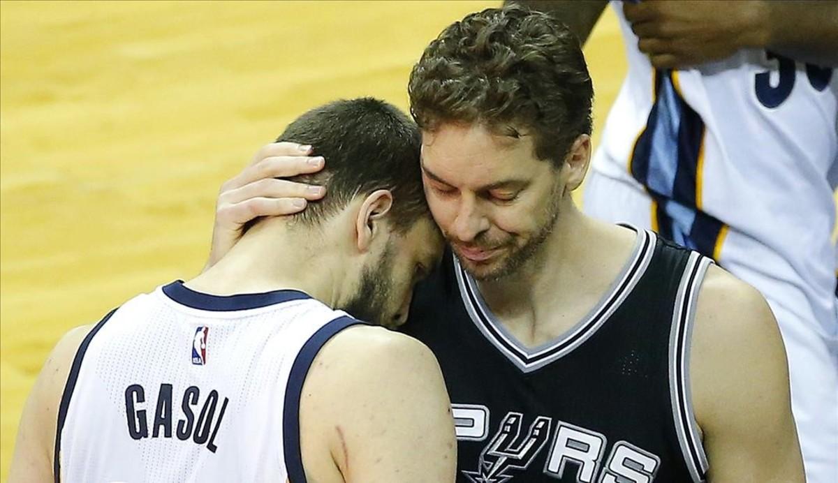 Los hermanos Gasol se funden en un abrazo en la NBA.