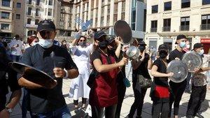 Hosteleros de Lleida protestando en la plaza de Sant Joan de la ciudad, este jueves 23 de julio