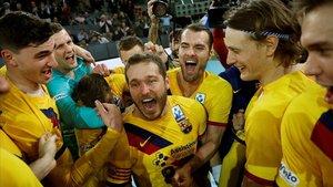 Los jugadores del Barça, con Víctor Tomàs en el centro, celebran la consecución de la Copa del Rey.