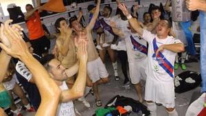 Los jugadores del Extremadura festejan en el vestuario del Cartagonova el ascenso al futbol profesional