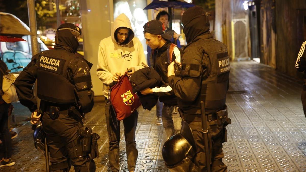 Los Mossos, desplegados en Gràcia para impedir una segunda noche de manifestación okupa, identificando a jóvenes.