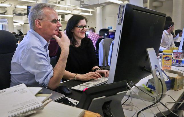 Los periodistas de The Guardian Ewan MacAskill y Laura Poitras chatean con Edward Snowden, este lunes tras ganar el Pulitzer.