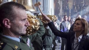 La ministra de Defensa, Maria Dolores de Cospedal, ejerciendo de mayordomo del trono para dar salida a la imagen del Santisimo Cristo de Animas de Ciegos de la Hermandad Sacramental y Reales Cofradias Fusionadas