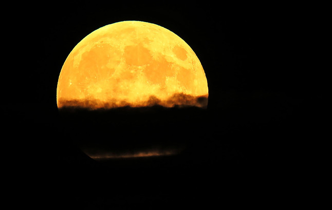 La Luna, entre nubes y humo en Oregón.