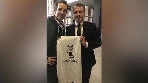 Macron y el autor de la ilustración, Julien Berjeaut, posan con lapolémica camiseta.