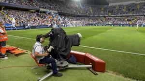 Cámara de televisión, durante la retransmisión de un partido de fútbol.
