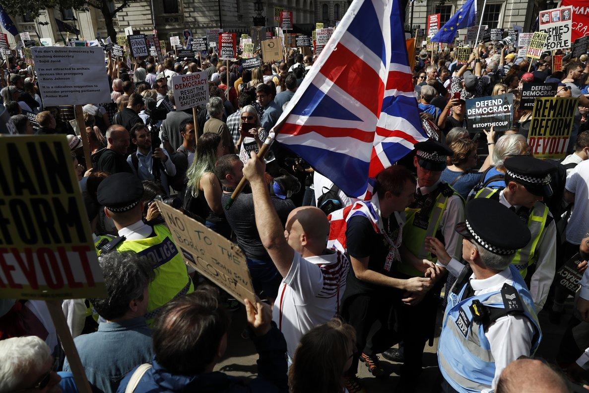 Manifestación contra la decisión de Boris Johnson de suspender el Parlamento, este sábado a las puertas de Downing Street, en Londres.