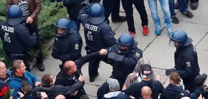 Manifestantes ultras se enfrentan con las fuerzas policiales en las calles de Chemnitz.