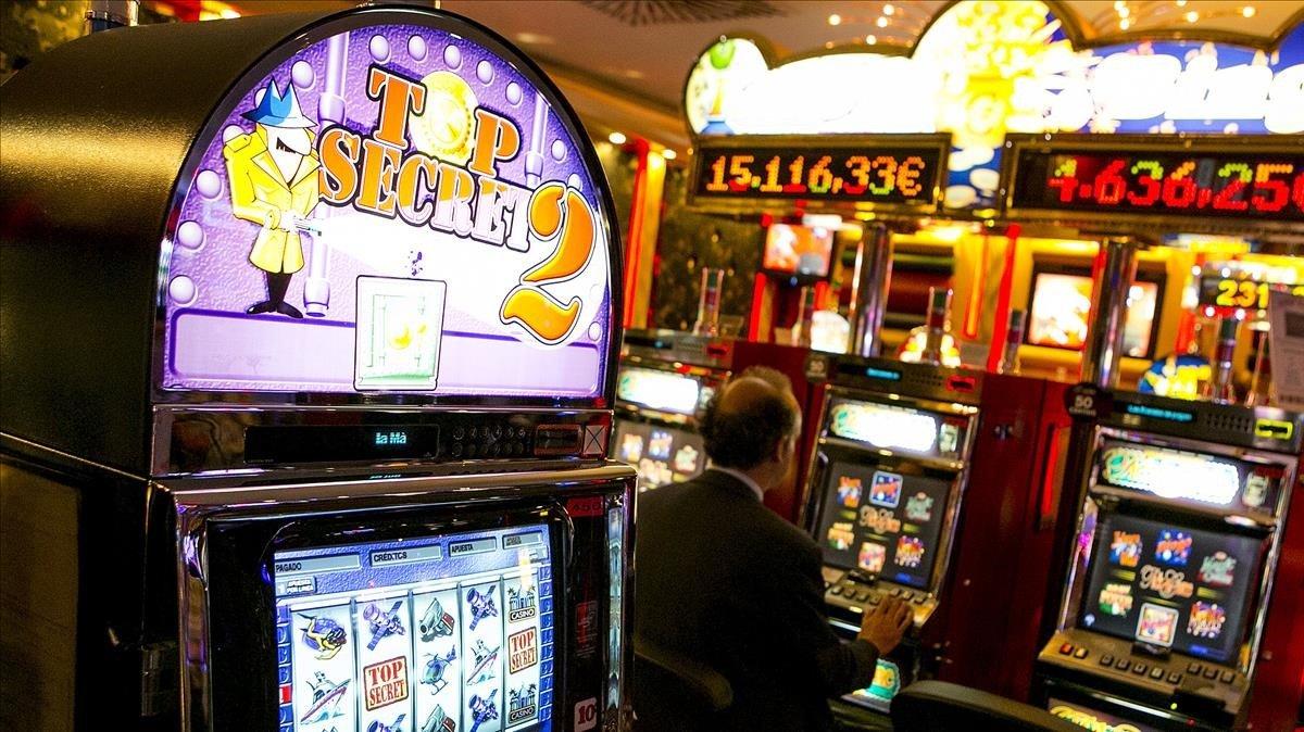 Máquinas tragaperras en un casino.