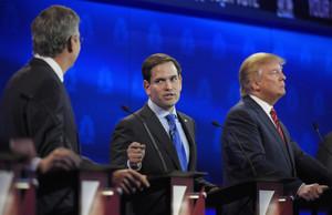 Marco Rubio se dirige a Jeb Bush, ante Donald Trump, anoche en el tercer debate republicano.