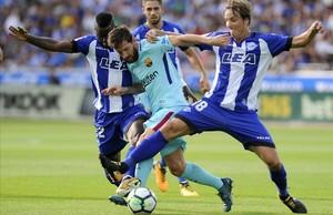 Messi, entre Mubarak y Pina, en un anterior encuentro con el Alavés.