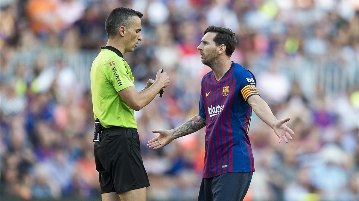 Messi protesta a Jaime Latre, el colegiado aragonés del Barça-Athletic,
