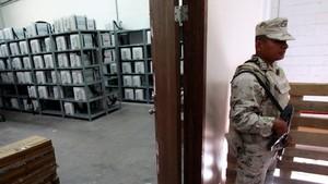 Un soldado custodia material electoral en la ciudad de Juárez.