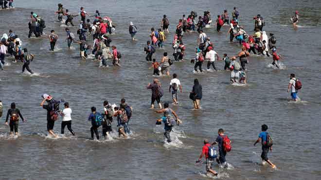 Migración en México. Centenares de personas atraviesan el río Suchiate.