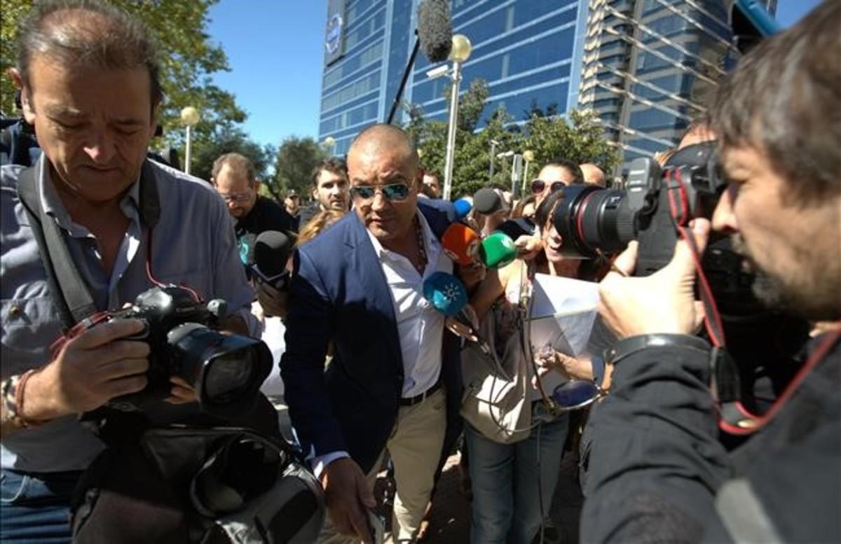 Miguel Angel Flores sale de la Audiencia Provincial de Madrid tras conocer su sentencia.