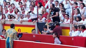 Cayetano Rivera brinda su segundo toro a Mikel Urmeneta, en la corrida del martes en la plaza de Pamplona.