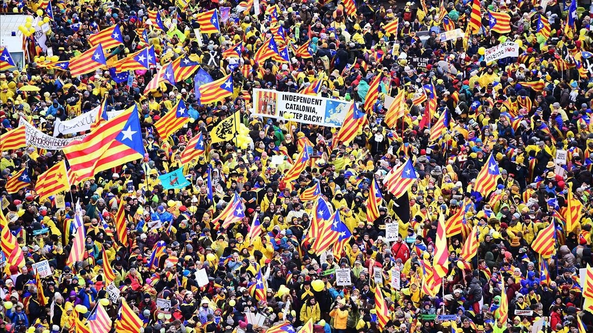 Miles de manifestantes concentrados en el Parc du Cinquantennaire.