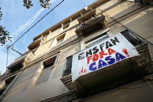 Pancartas contra el 'mobbing' inmobiliario en un piso del Poblenou.