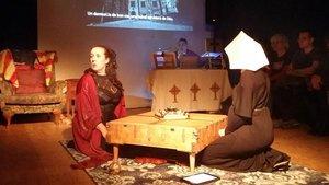 Un momento de la representación de 'Històries d'una reina embogida' en el Oracles Theatre