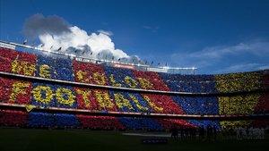 Mosaico en la grada del Camp Nou antes del comienzodel partido de liga entre el FC Barcelona y el Real Madrid.