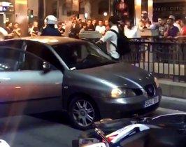 Momento en que la Guardia Urbana detiene el coche.