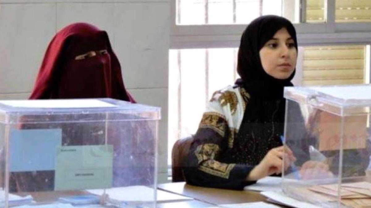 La mujer con niqab que ha presidido la mesa electoral en un colegio de Ceuta y que Vox impugnará.