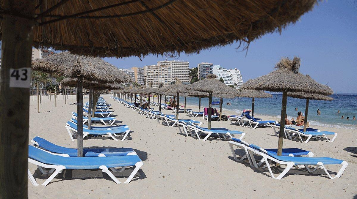 Multitud de hamacas vacías en la playa de Magaluf (Mallorca), uno de los principales destinos del turismo británico en años anteriores, el pasado30 de julio.
