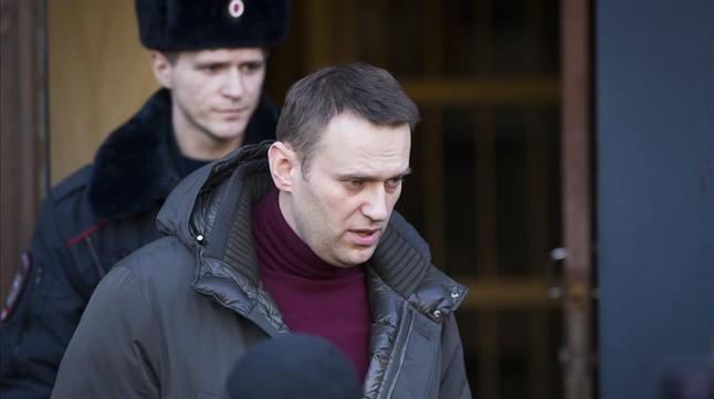 Navalny sale del tribunal de Moscú que lo sentenció a siete días de cárcel hace unos meses.