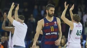 Navarro con gesto serio, abandona el campo ante los aplausos del equipo rival.