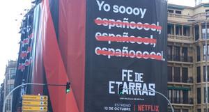 Imagen del cartel promocional de la película de Netflix Fe de etarras, en San Sebastián.