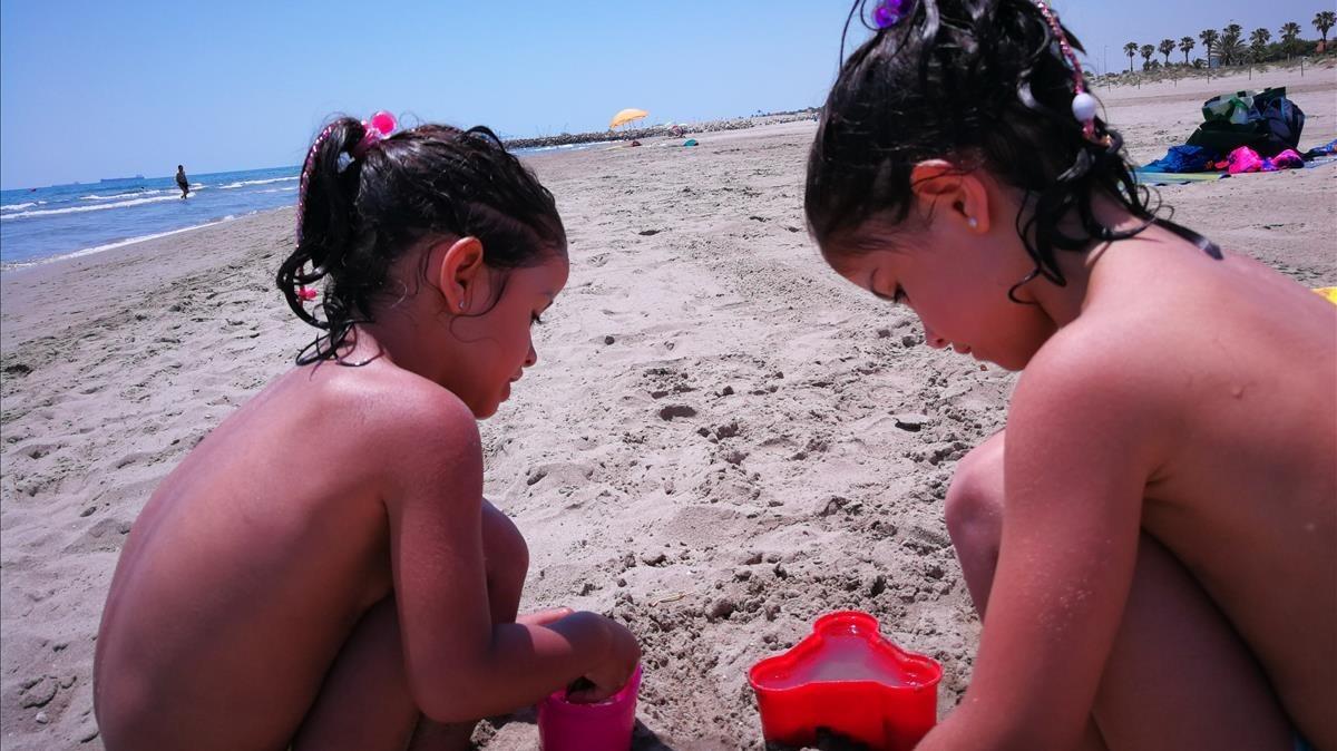 Dos niñas juegan en una playa de Benicàssim (Castellón), a finales de junio.