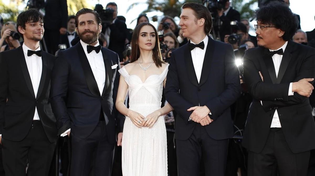 Los actores Devon Bostick, Jake Gyllenhaal, Lily Collins y Paul Dano y el director Bong Joon-ho, en la presentación de Okja en Cannes.
