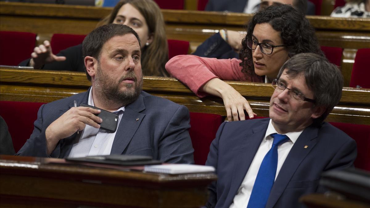 Oriol Junqueras, Marta Rovira y Carles Puigdemont, en elParlament antes de su destitución y disolución.
