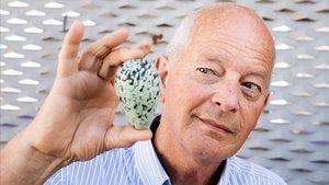 El ornitólogo británico Tim Birkhead, en Barcelona, mostrando un huevo de arao, la especie de ave marina que lleva años estudiando.