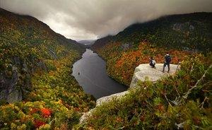 Dos visitantes fotografían el paisaje otoñal desde el mirador de Indian Head, sobre el lago Lower Ausable en Adirondacks, en el estado de Nueva York.