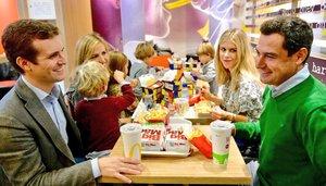 Pablo Casado y Juanma Moreno, con sus respectivas familias, este domingo en un McDonald's.