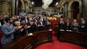 El president Carles Puigdemont y los consellers en el hemiciclo tras la declaración de independencia.
