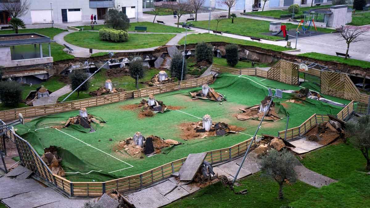 Un parque se hunde sobre el aparcamiento de una urbanización de Santander.