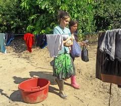 Patricia Aguilar con su bebé, en el poblado peruano donde la han rescatado.