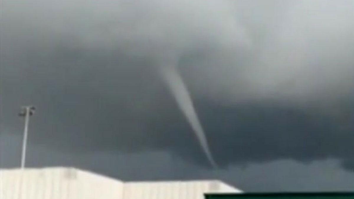 Un pequeño tornado causa daños materiales en el puerto de Barcelona.