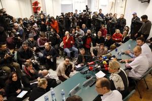 El personal mèdic que atén Michael Schumacher, durant la conferència oferta avui.