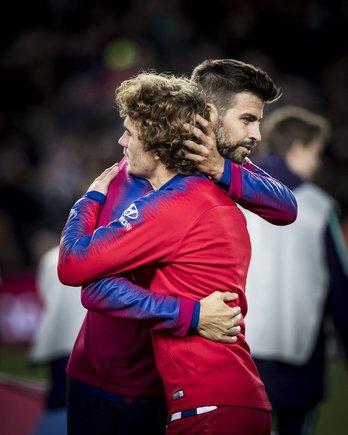 Piqué abraza a Griezmann en el Barça-Atlético del pasado mes de abril en el Camp Nou.