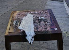 La placa que recuerda las torturas franquistas en la comisaría de Via Laietana, quemada.