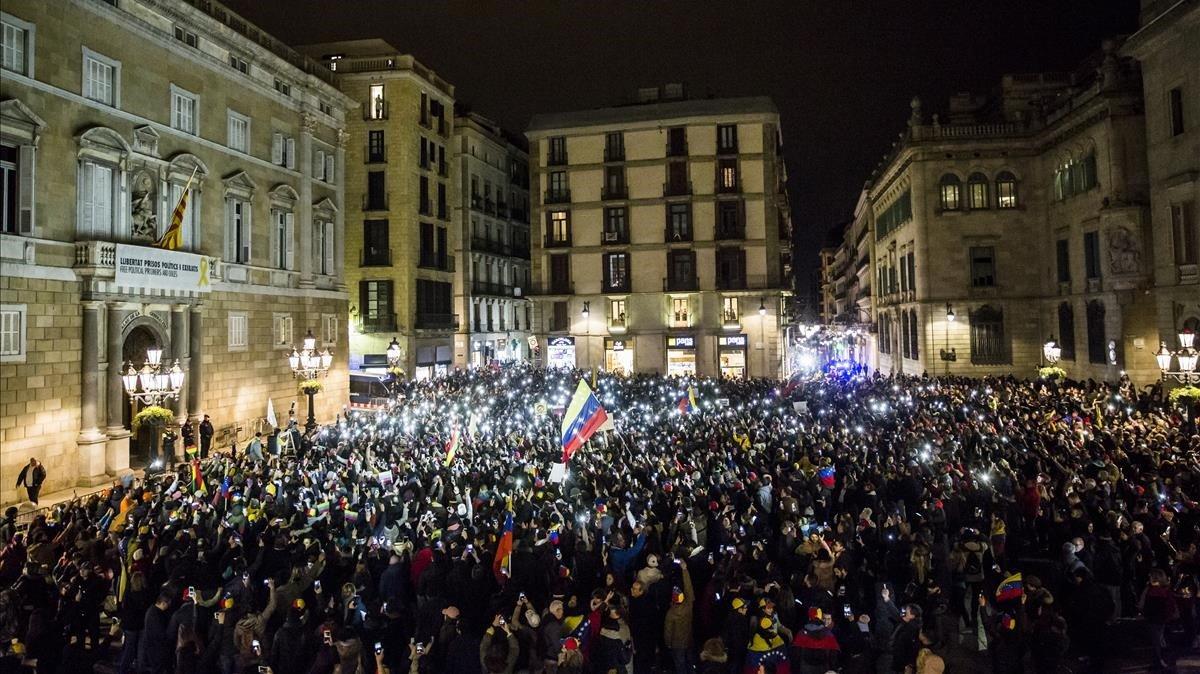 La plaza de Sant Jaume ha acogido el final del acto para pedir el aislamiento internacional de Nicolás Maduro.