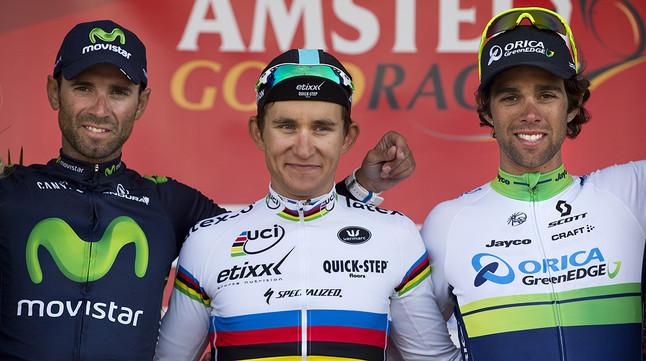 El podi de lAmstel Gold Race, Michal Kwiatkowki (centre), escortat per Alejandro Valverde (esquerra), segon, i Michael Matthews, tercer.