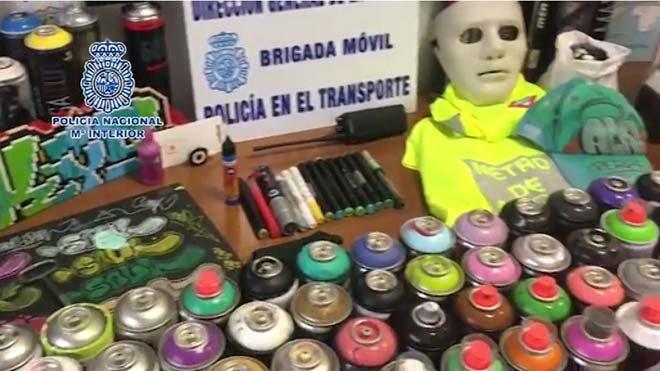 La Policía detiene a 18 grafiteros por asaltar y pintar vagones de Metro y Renfe en Madrid.