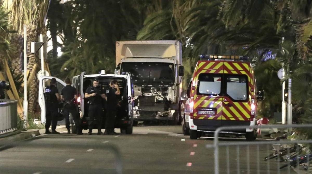 Policías permanecen junto al camión que arremetió contra la multitud en Niza, el 14 de julio del 2016.